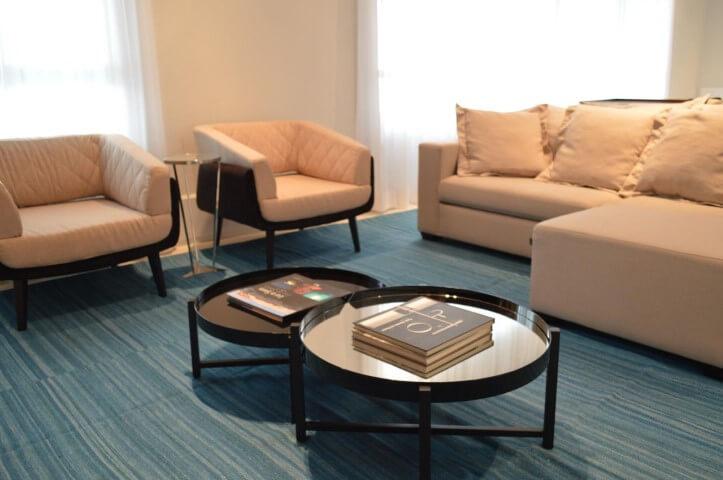 Mesa redonda de canto e mesas redondas de centro Projeto de Fabiana Rosello