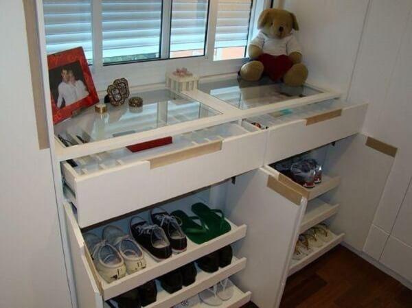 Modelo de sapateira cômoda branca para quarto
