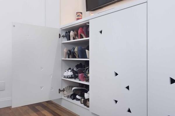 Modelo de sapateira cômoda branca
