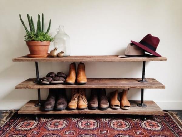 Modelo de sapateira em prateleira rústica