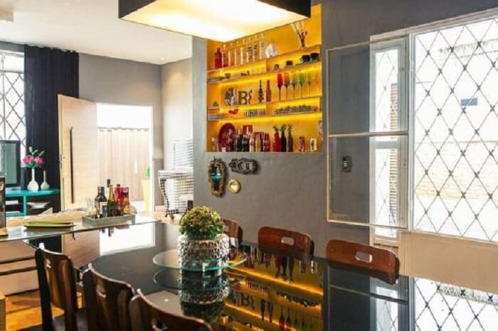 Nichos embutidos na parede servem como barzinho para sala