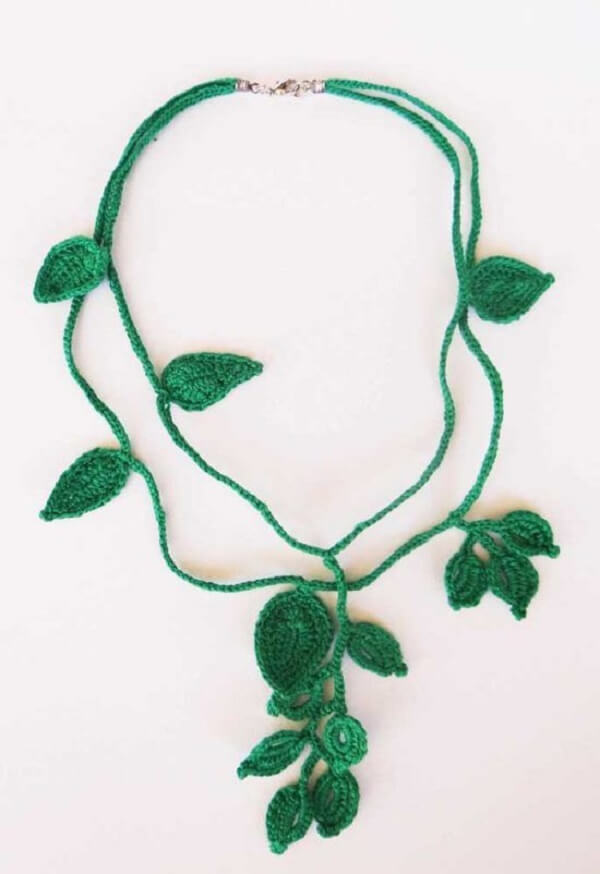 O colar feito com folhas de crochê traz um toque especial no visual