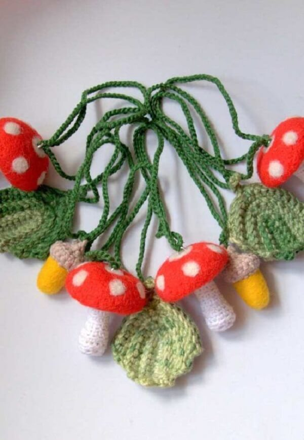 O colorido dos cogumelos trazem alegria quando unidos com as folhas de crochê