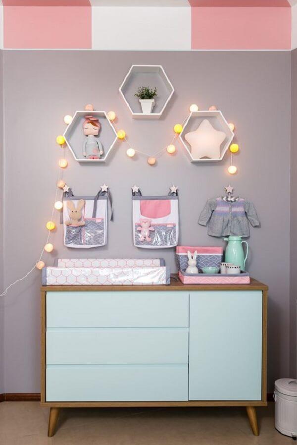 O cordão de luz ilumina e traz um toque diferenciado para o quarto de bebê com cômoda retrô. Fonte: Pinterest