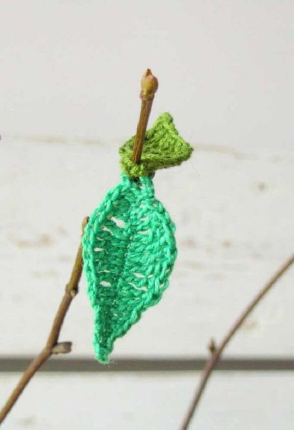 Os galhos secos trazem um ar mais natural junto das folhas de crochê