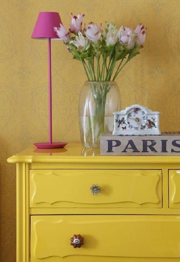 Os puxadores delicados trazem um toque especial para a cômoda retrô amarela. Fonte: Homify BR