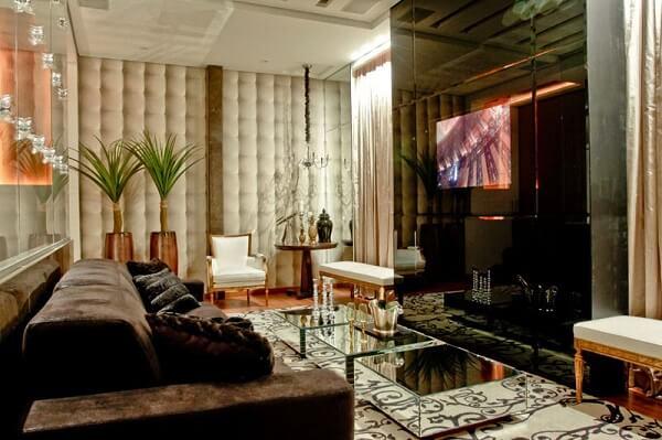 Painel para TV com vidro espelhado
