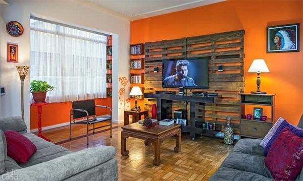 Painel para TV feito de pallet
