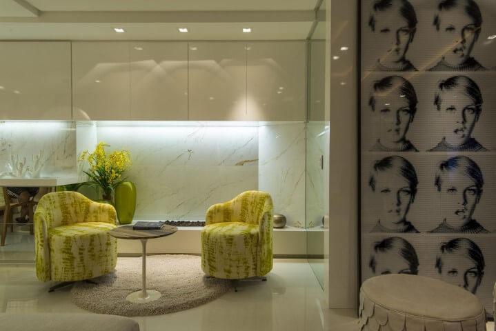 Poltronas amarelas e mesa redonda pequena de centro Projeto de Anna e Anderson