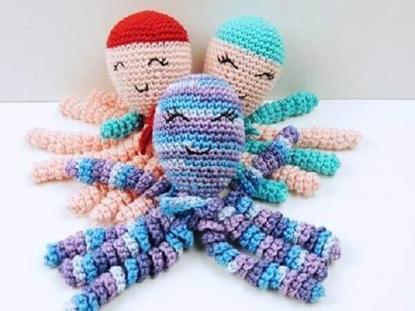 Polvo de crochê com linha colorida