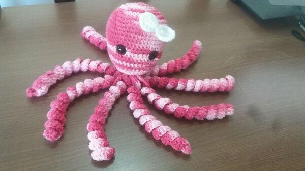 Polvo de crochê rosa e branco