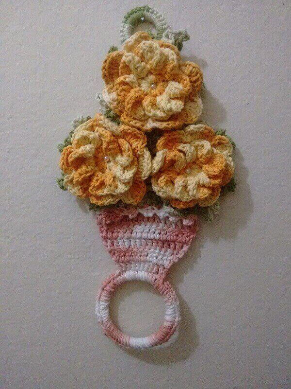 Porta pano de prato de crochê com flores laranjas e suporte