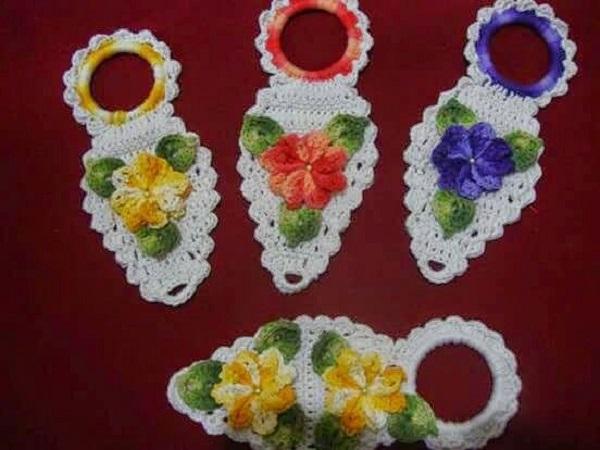 Porta pano de prato de crochê com motivos de flores
