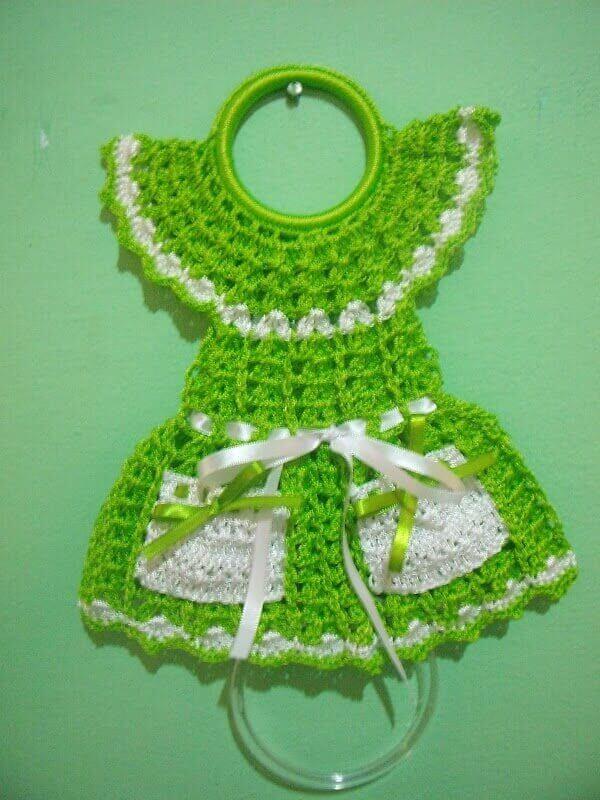 Porta pano de prato de crochê com vestido verde