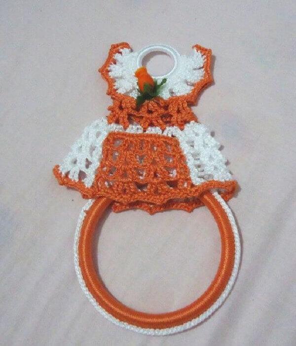 Porta pano de prato de crochê com vestidinho laranja e branco