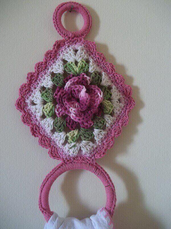Porta pano de prato de crochê rosa com motivos florais