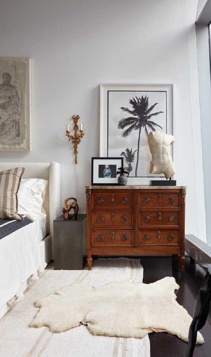 Quarto branco de casal decorado com cômoda retrô Foto Pinterest