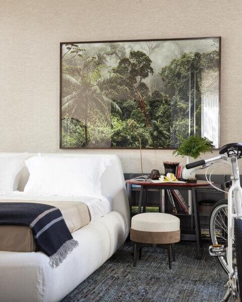 Quarto de casal com com mesa redonda lateral e banquinho Projeto de Dado Castello