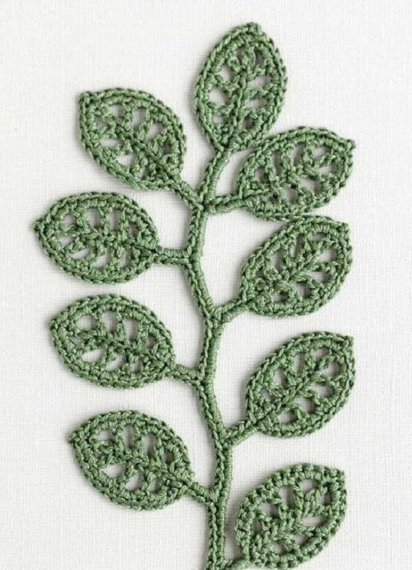 Ramo delicado feito com folhas de crochê vazadas