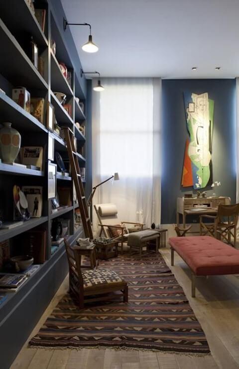 Sala com estante azul e recamier vermelho Projeto de Clarisse Reade