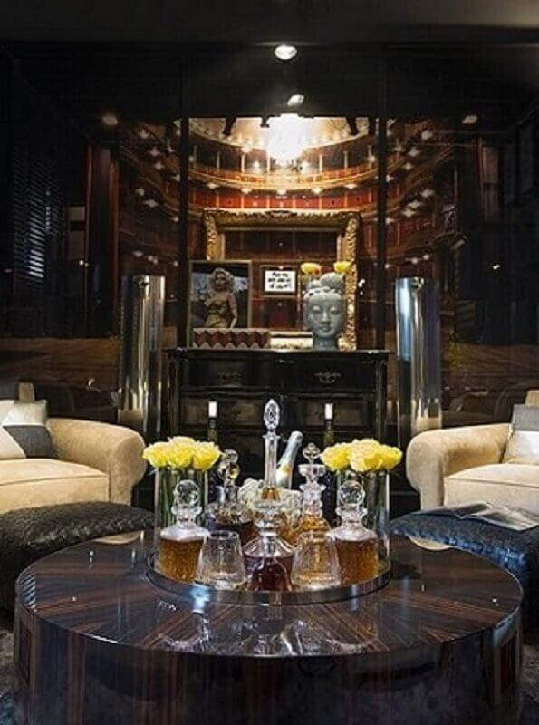 Sala com mesa redonda de centro com bar