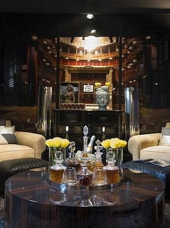 Sala com mesa redonda de centro com bar Projeto de Michel Safatle