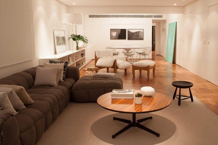 Sala de estar com mesa de centro de madeira e pé de metal preto Projeto de Alexandre Dalfabbro