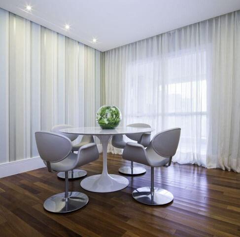 Sala de estar com mesa redonda branca e cadeiras combinando Projeto de Lidiane Lourenço