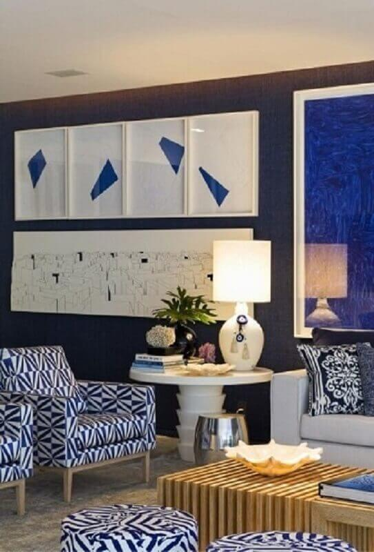 Sala de estar com mesa redonda de apoio com abajur branco