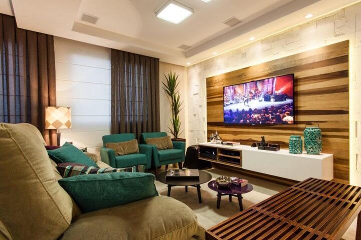 Sala de estar com mesa redonda de centro baixa combinando com outra colorida Projeto de Juliana Pippi