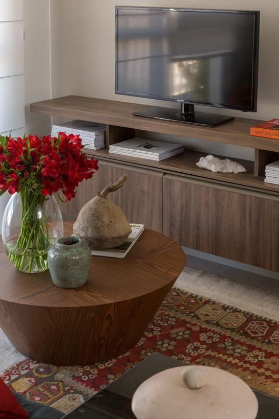 Sala de estar com mesa redonda de centro de madeira Projteo de Ah Sim