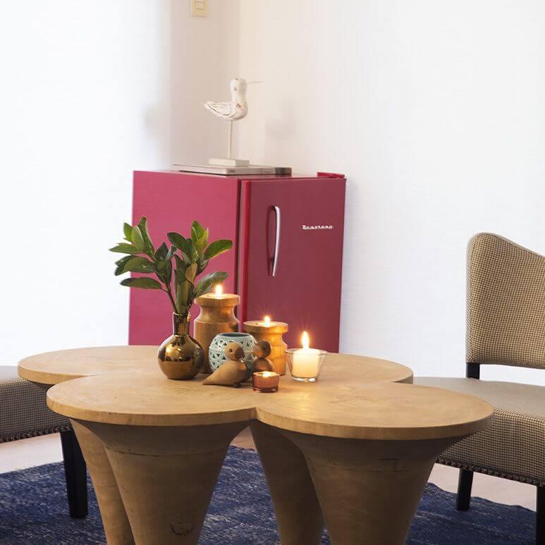 Sala de estar com mini geladeira colorida retrô Projeto de D2N Arquitetura