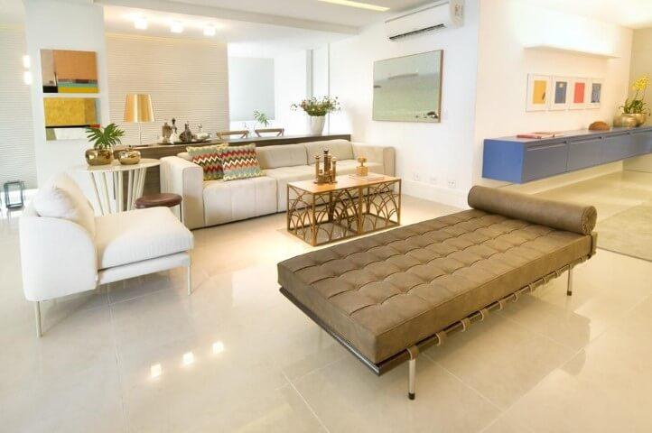 Sala de estar com recamier Barcelona de couro marrom Projeto de Coutinho Vilela