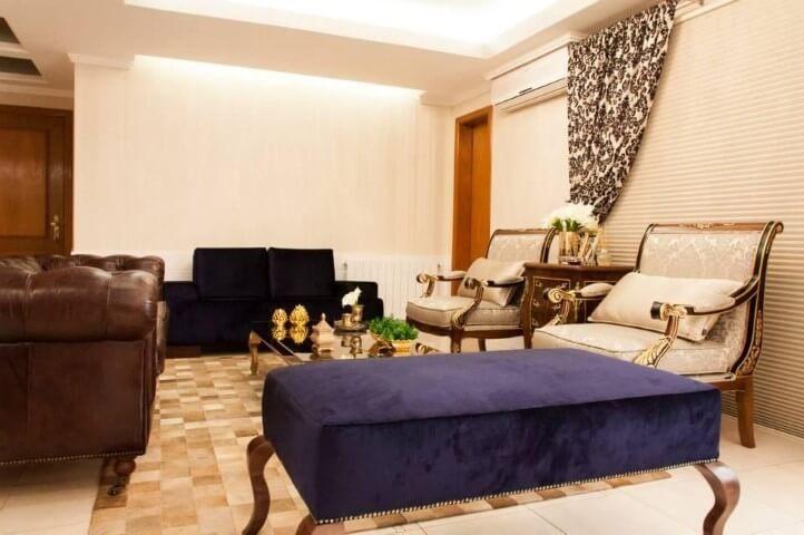 Sala de estar com recamier azul Projeto de Graziela Von Muhlen