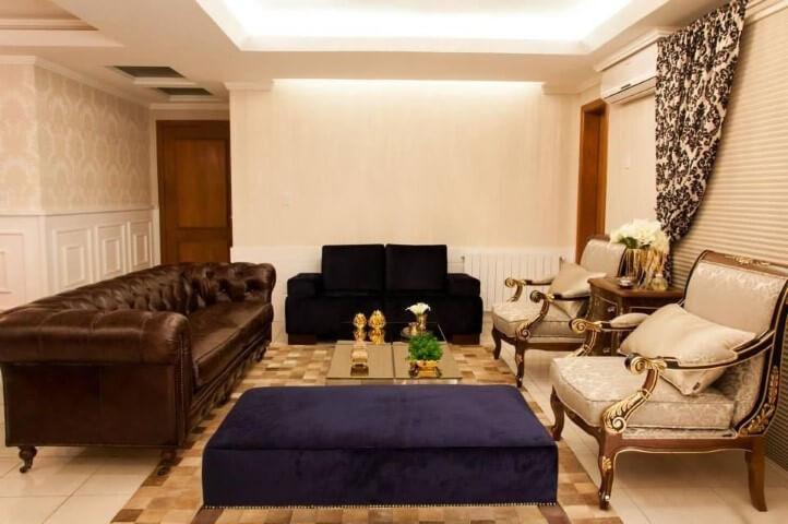 Sala de estar com recamier azul