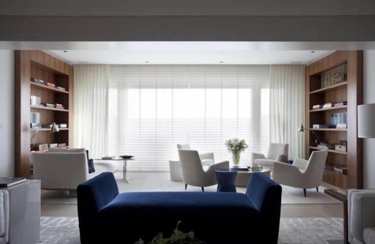 Sala de estar com recamier com braços azul