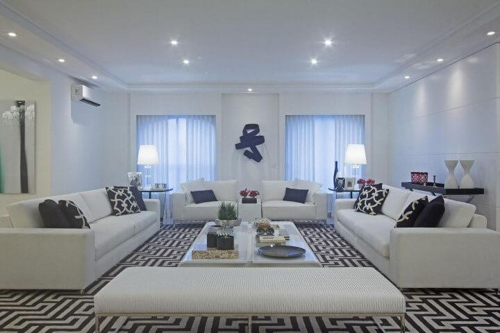 Sala de estar com recamier branco