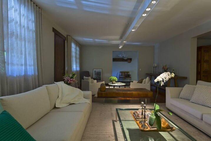 Sala de estar com recamier de couro