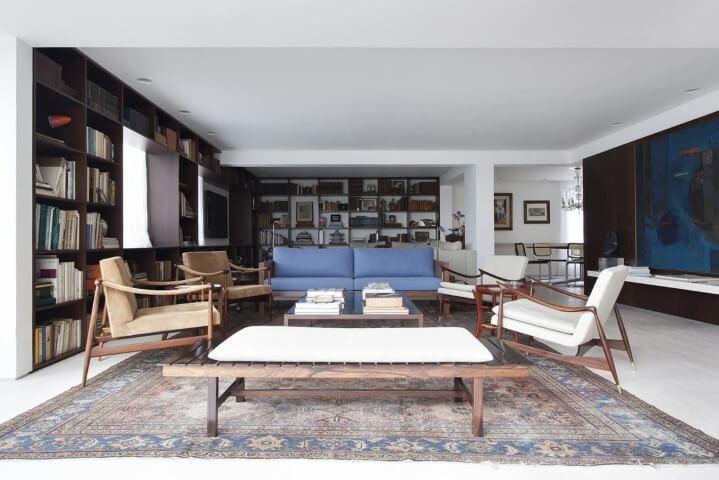 Sala de estar com recamier de madeira