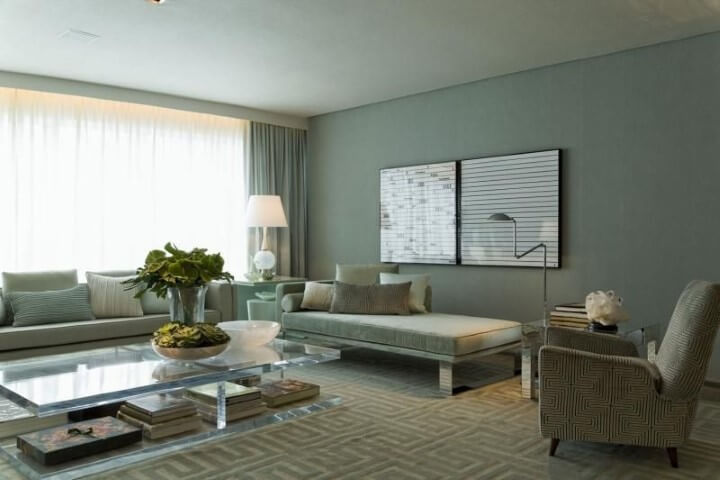 Sala de estar com recamier e almofadas Projeto de Roberto Migotto