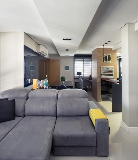 Sala de estar com sofá retrátil cinza Projeto de Braccini Lima