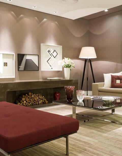 Sala de estar com tapete bege e recamier vermelho