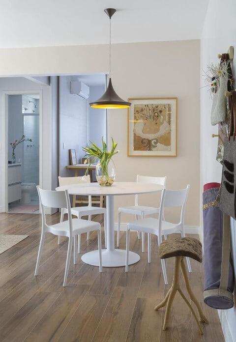 Sala de jantar com mesa redonda e cadeiras brancas Projeto de Ah Sim