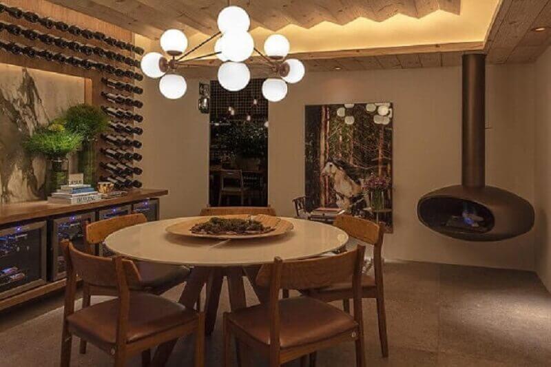 Sala de jantar com mesa redonda e cadeiras de couro