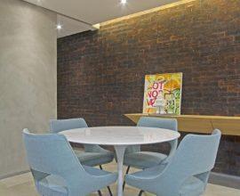 Sala de jantar com mesa redonda e cadeiras modernas Projeto de Figueiredo Fischer