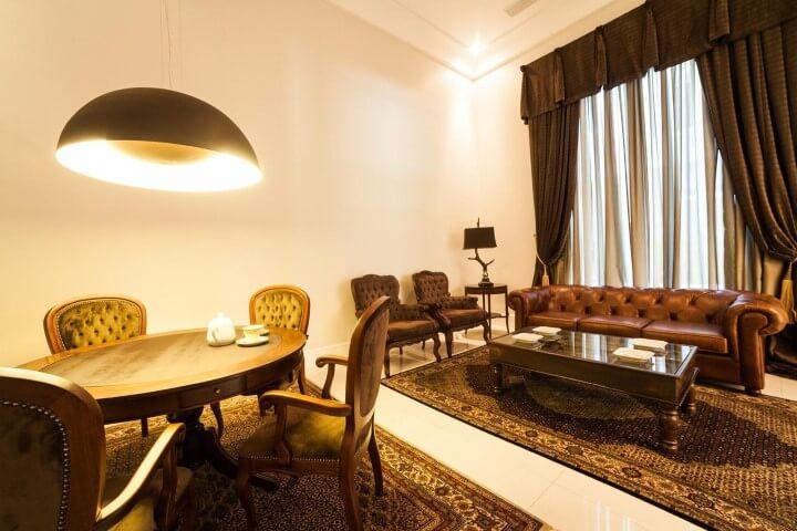 Sala integrada com mesa redonda de jantar de madeira Projeto de Bender Arquitetura