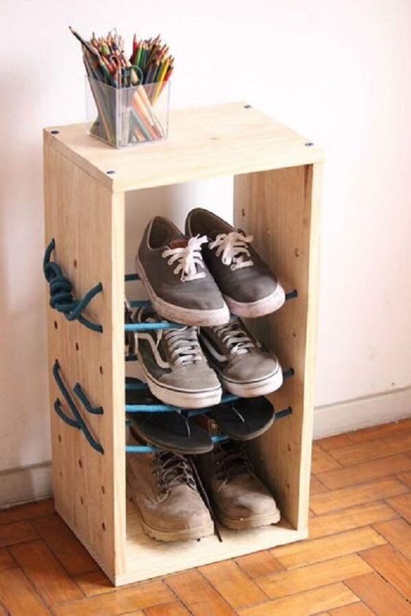 Sapateira de madeira com corda