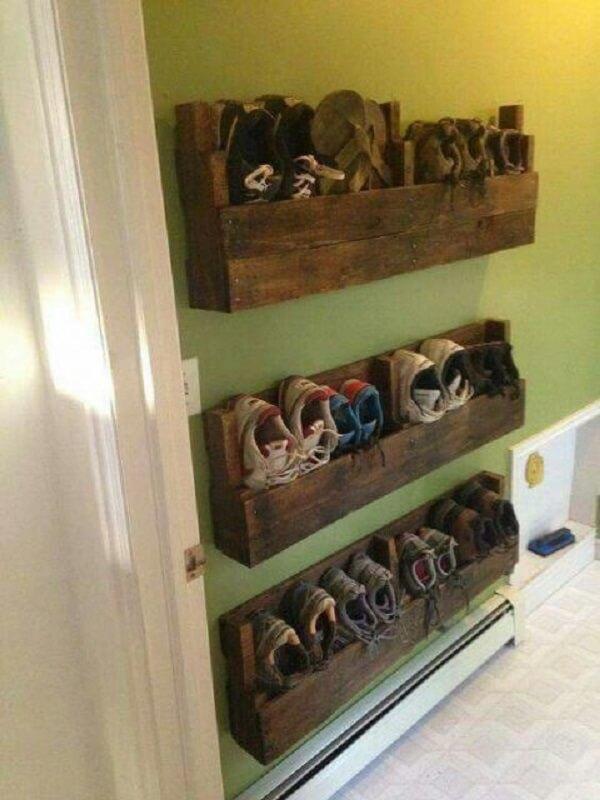 Sapateira de madeira instalada nas laterais da parede