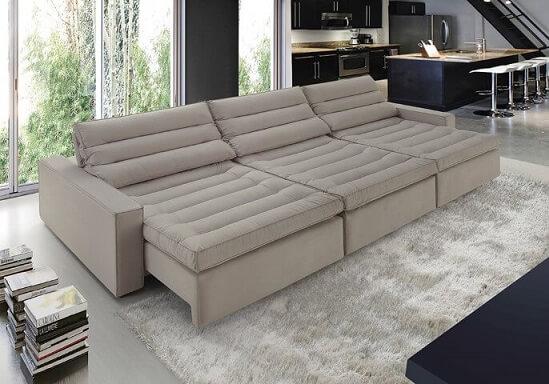Sofá retrátil e reclinável em tom claro