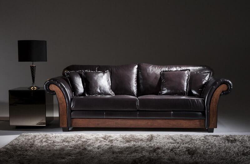 Tapete cinza e sofá de couro preto estilo provençal